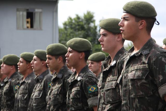 d9f473717 O comandante do Tiro de Guerra, subtenente Sandro Marcos Jacyntho, ressalta  que esta é mais uma formatura do Exército Brasileiro que devolve à  comunidade 49 ...